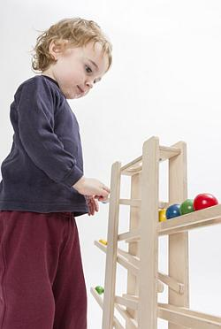 Kind mit Kugelbahn