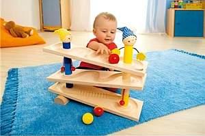 Baby spielt mit Kullerbahn Kullerei