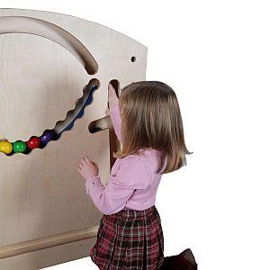 Mädchen spielt am Wandspielzeug